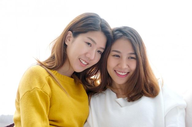Lgbt、若いかわいいアジア女性レズビアンカップル幸せな瞬間、友情、同性愛、レズビアンカップルのライフスタイル