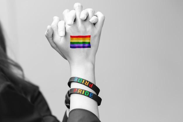 Лгбт-люди пара любовника рука вместе с лгбт-радужным флагом символ прав сексуальной свободы.
