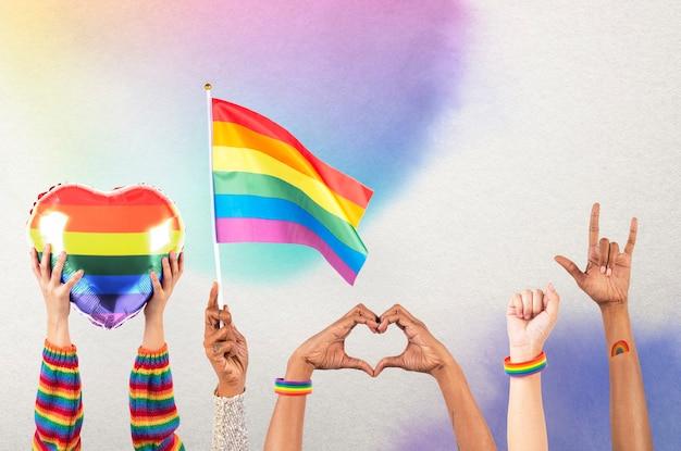 Celebrazione dell'orgoglio lgbtq+ con media remixati di mani e folla