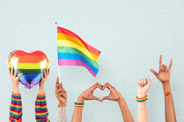 Celebrazione dell'orgoglio lgbtq+ con la mano e il tifo della folla