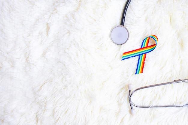 Лгбтк радужная лента со стетоскопом на белом пушистом фоне