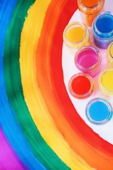 明るい色。ゲイlgbtqフラグ。同性カップルのための幸せ、自由と愛の概念。プライドデーとレインボー。