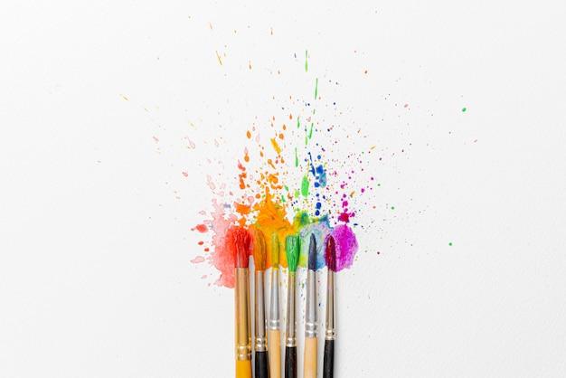水彩絵の具と水彩絵の具の用紙にツツジの花のブラシの助けを借りて作られたlgbtqの色の概念