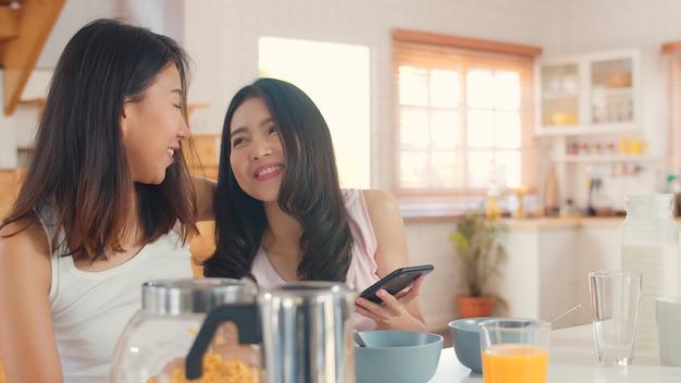 アジアレズビアンlgbtq女性カップル持っている朝食自宅