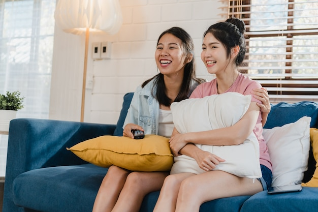 自宅でテレビを見ている若いアジアレズビアンlgbtq女性カップル