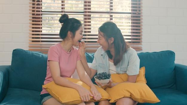 アジアのレズビアンlgbtq女性カップルが自宅で健康的な食べ物を食べる