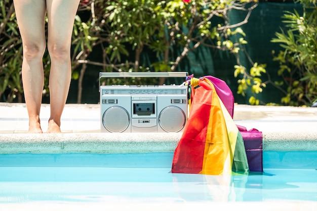 古いレコードプレーヤーとプールで日光浴の友人のグループ。 lgtbiの動き