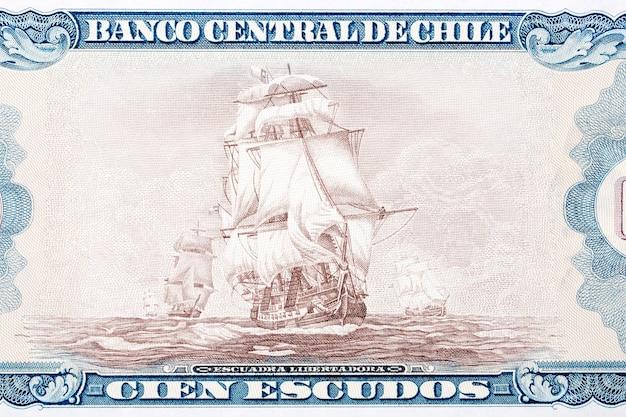 Освободительная эскадра четырех парусных кораблей в море от денег