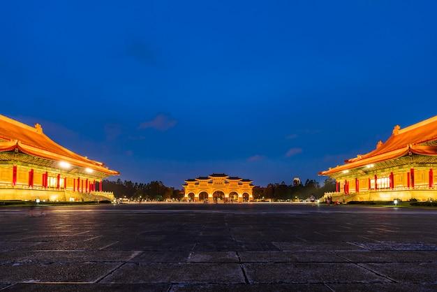 Площадь свободы мемориального зала чан кайши ночью в тайбэе, тайвань