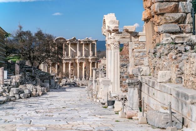 Библиотека цельса в древнем городе эфес турция эфес внесен в список всемирного наследия юнеско.