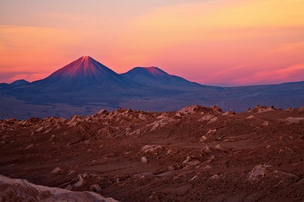 火山licancaburとジュリーク、チリに沈む夕日