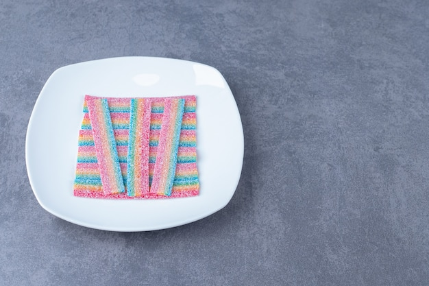 大理石のテーブルの皿に甘草キャンディー。