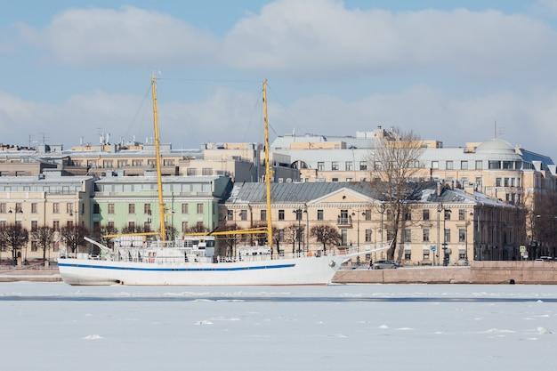 春のサンクトペテルブルクロシアのシュミット中尉堤防