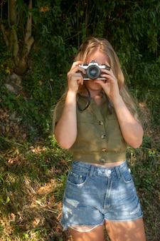 사진을 찍는 소녀와 covid 이후의 삶