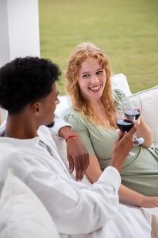 Жизнь дома с молодыми людьми, пьющими напитки
