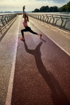 Жизненный баланс в полной мере молодой женщины-инвалида с протезом ноги в спортивной одежде, занимающейся йогой