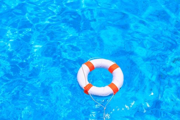 Жизненный буй, плавающий в бассейне