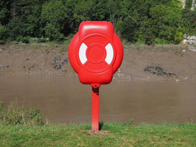 川岸の救命浮き輪