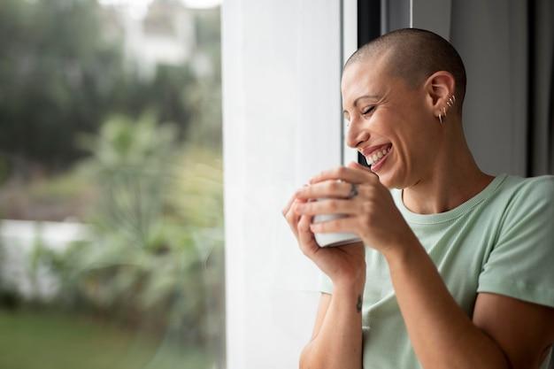 La vita a casa godendosi una bevanda calda