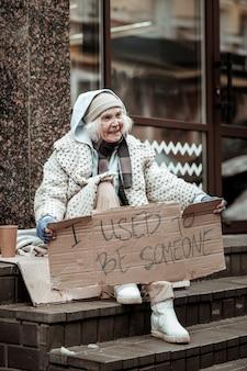 망명 생활. 난민 인 동안 매우 불행한 우울한 가난한 여성