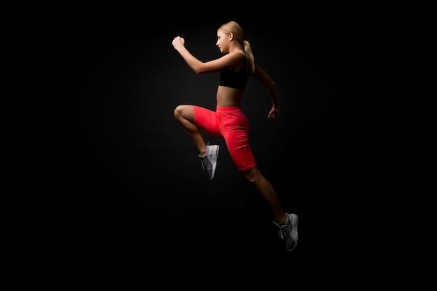 인생은 운동입니다 여자 운동 선수 달리기는 큰 결과를 얻습니다 더 빨리 달리는 방법 속도 훈련 가이드