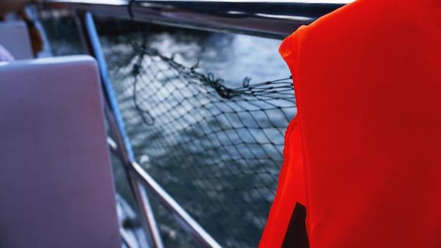 보트에 구명 조끼와 그물. 보트에 안전망입니다. 보트에 밧줄입니다. 안전 로프와 푸른 바다. 바다와 안전 메쉬의 파도.
