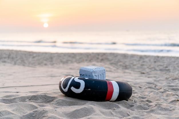Кольцо жизни подготовленное на пляже близко вверх. sos кольцо жизни. кольцо жизни подготовлено для помощи людям от несчастного случая.