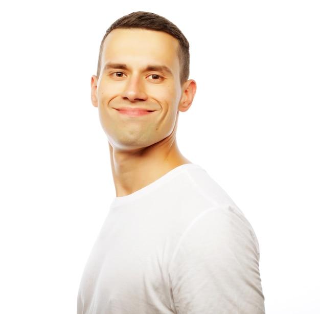 ライフスタイルと人々の概念:白いtシャツを着ているハンサムな若い男
