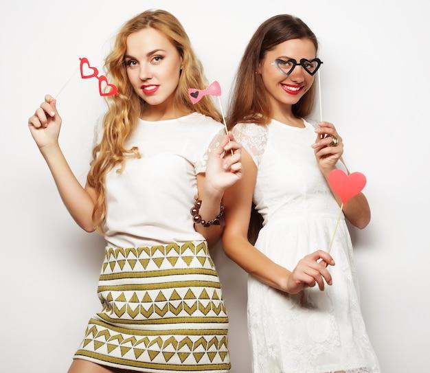 Стиль жизни и концепция людей: две стильные лучшие подруги женщины готовы к вечеринке,