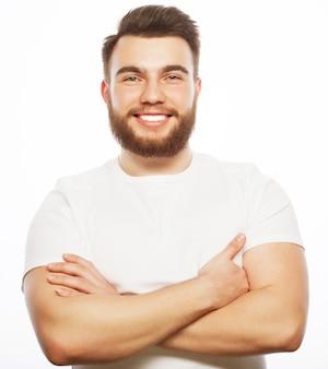 ライフスタイルと人々の概念:ひげを生やした若者、カジュアルスタイル、クローズアップ。ホワイトスペースに分離されました。