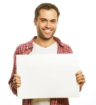 Концепция образа жизни и людей: молодой красавец показывает пустую вывеску, изолированную на белом фоне