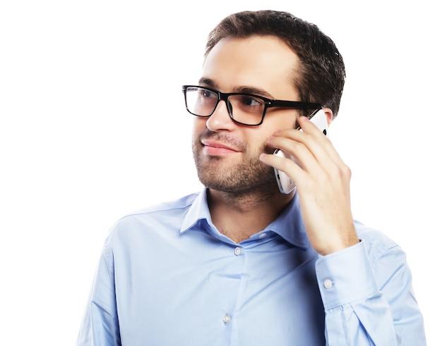 Образ жизни, бизнес и люди концепции: молодой деловой человек с помощью мобильного телефона.