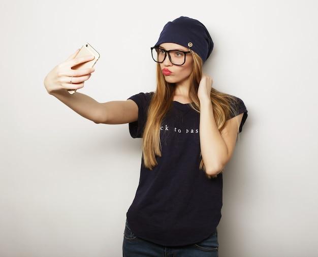 라이프 스타일, 행복, 정서 및 사람들 개념 : 예쁜 hipster 소녀 복용 selfie.