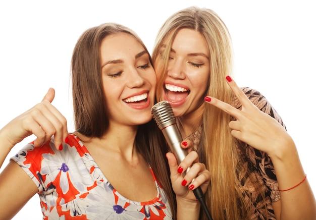 라이프 스타일, 행복, 감정 및 사람 개념:흰색 배경 위에 노래하는 두 어린 소녀