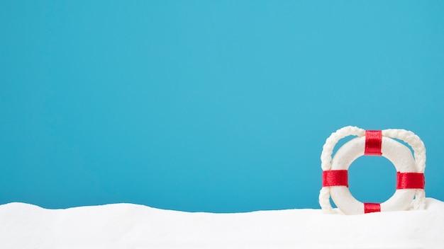 하얀 모래에 lifebouy입니다. 텍스트 복사 공간. 여름의 개념