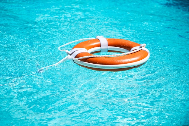 Спасательный круг на фоне синего моря.