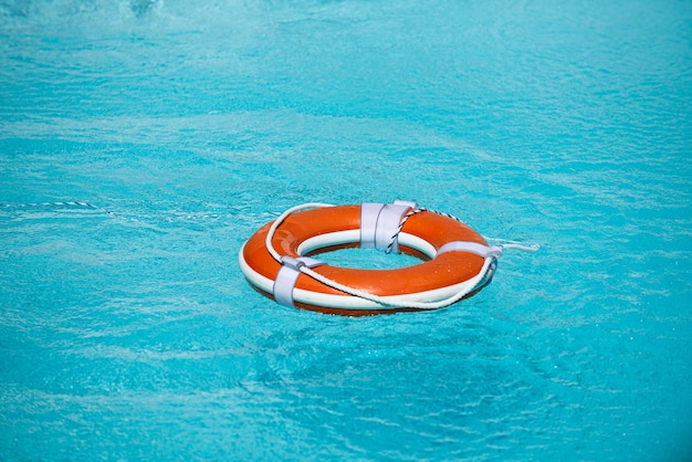 Спасательный круг в бассейне, концепция летних каникул, спасательный круг в концепции помощи воды