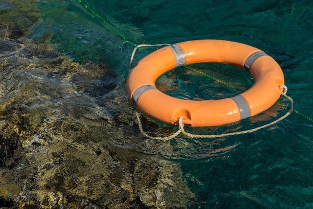 Спасательный круг возле кораллового рифа крупным планом
