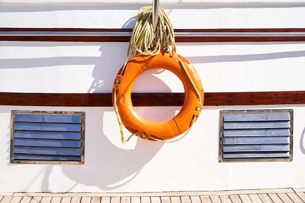 Спасательный круг на фоне палубы яхты