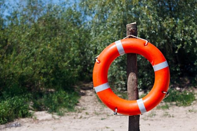 Спасательный круг на пляже.