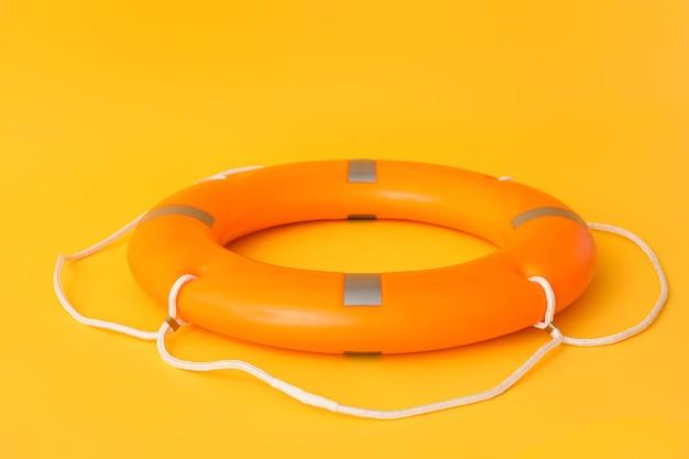 Кольцо спасательного круга на цветной поверхности