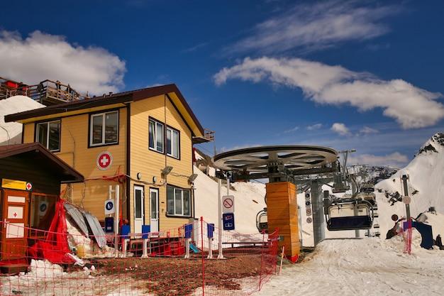 Станция спасателей на склонах горнолыжных курортов спасательное снаряжение сани для эвакуации людей