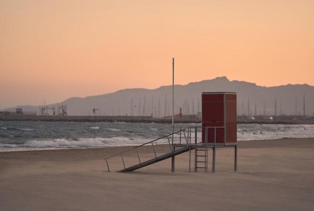 Смотровая площадка спасателя на закате на пляже камбрильса