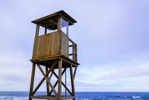 海のビーチにライフガード前哨タワー