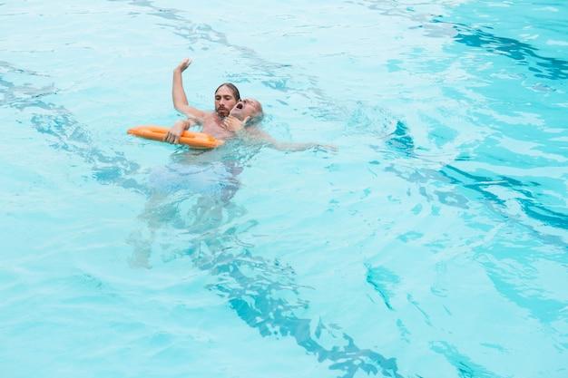 ライフガードが無意識の年配の男性をプールから救出