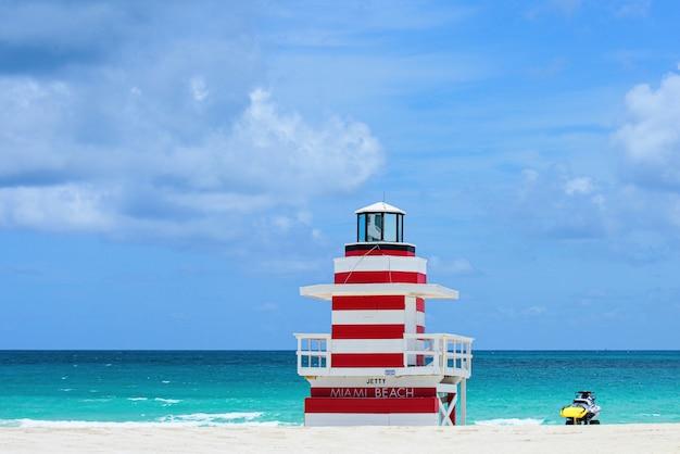 ライフガードタワーマイアミビーチフロリダ大西洋の背景