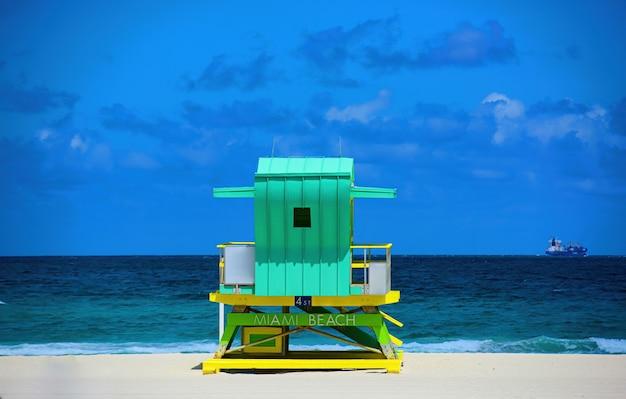 ライフガードタワーマイアミビーチフロリダ晴れた夏の日、青い空と大西洋