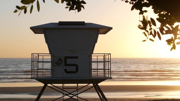 근위병 감시탑, 햇살 가득한 선셋 비치, oceanside usa. 구조소, 해안가 망루 오두막과 나무 잎, 태평양 연안 분위기. 캘리포니아 여름 미학, 로스앤젤레스 분위기.