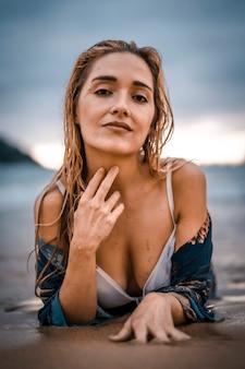 라이프 스타일, 흰색 비키니와 함께 해변에서 섹시한 젊은 여자 목욕