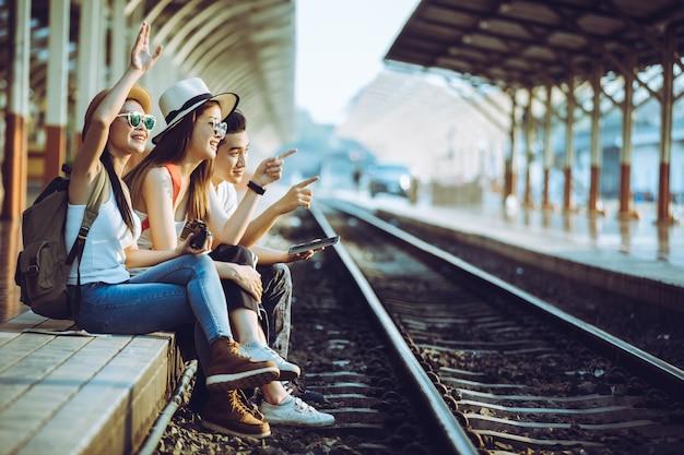 Образ жизни молодого человека, с удовольствием вечером с фотографиями путешествия, идеи путешествий.
